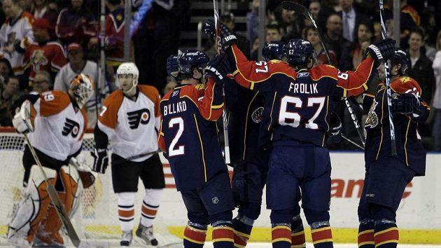 Český hokejista ve službách Floridy Michael Frolík (č 67.) oslavuje se svými spoluhráči gól proti Philadelphii.
