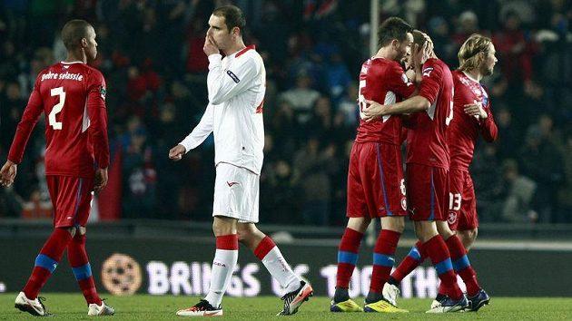 Čeští fotbalisté se radují z vítězství nad Černou Horou.