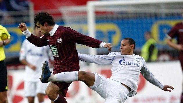 Jan Morávek v dresu Kaiserslauternu (vlevo) v souboji s Jermaine Jonesem z Schalke