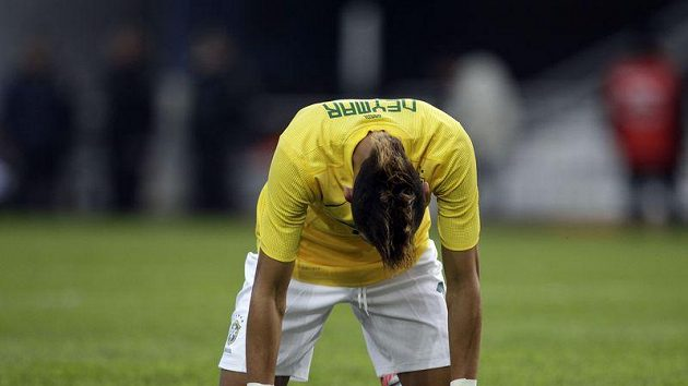 Brazilská hvězda Neymar smutní pro prohře s Paraguayci.