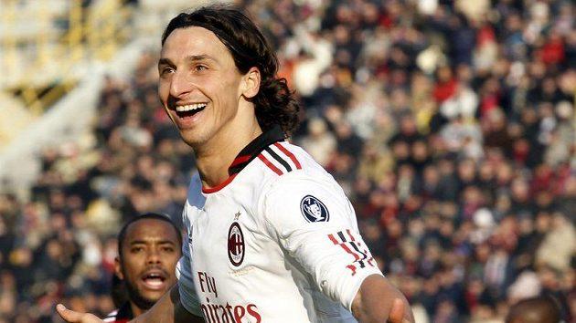 Útočník AC Milán Zlatan Ibrahimovič se raduje z gólu do sítě Bologni.