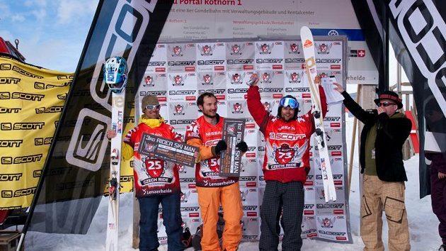 Robin Kaleta (druhý zprava) slaví triumf v Lenzerheide.