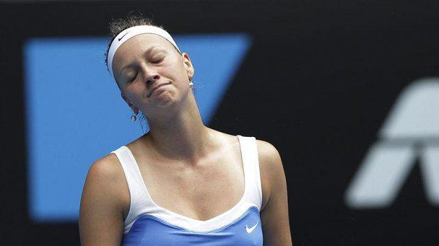 Zklamaná tenistka Petra Kvitová po jedné z výměn v utkání s Věrou Zvonarevovou.