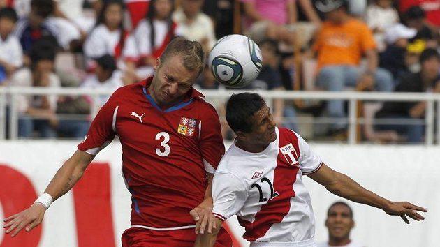 Michal Kadlec v hlavičkovém souboji s Williamem Chiroquem z Peru.