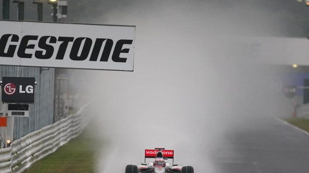 Jenson Button s McLarenem při deštivé kvalifikaci na GP Japonska.