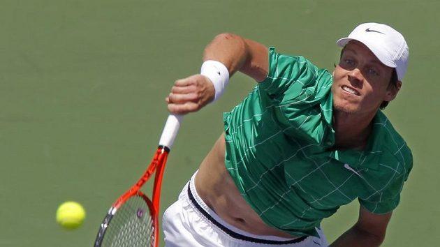 Český tenista Tomáš Berdych podává během finálového zápasu na turnaji v Miami proti Andy Roddickovi.