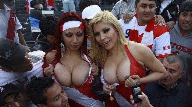 Fanynky Peru na sebe po vzoru Larissy Riquelme upozorňují svými vnady.