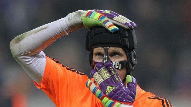 Gólman Petr Čech možná bude muset Chelsea opustit.
