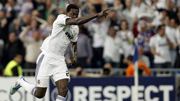 Emmanuel Adebayor slaví gól do sítě Tottenhamu. V dresu Realu se v Lize mistrů trefil poprvé.