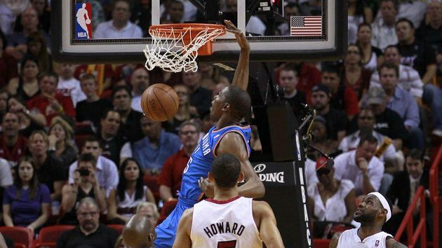 Kevin Durant (v modrém) byl nejlepším střelcem Oklahomy.