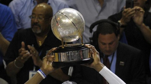 Basketbalista Orlanda Dwight Howard se s trofejí pro vítěze Východní konference NBA raduje z postupu do finále soutěže.