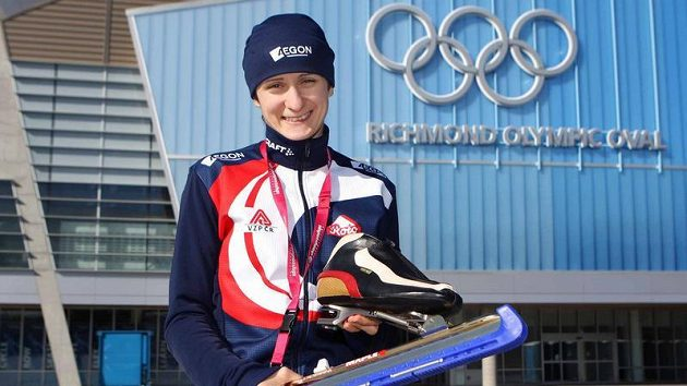 Rychlobruslařka Martina Sáblíková před olympijským stadiónem