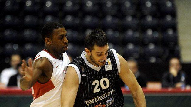 Michal Lenzly (vlevo) z Nymburka brání Petara Božiče z Partizanu Bělehrad v utkání Jadranské ligy.