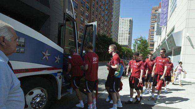 Čeští fotbalisté nastupují do autobusu v New Yorku