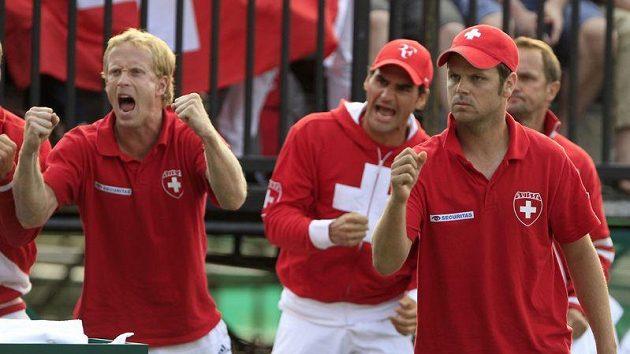 Švýcarští tenisté fandí krajanovi Stanislasu Wawrinkovi v souboji s Australanem Lleytonem Hewittem.