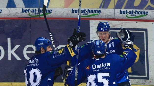 Hokejisté Vítkovic oslavují branku