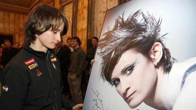 Martina Sáblíková při podpisu své fotografie pro charitativní akci
