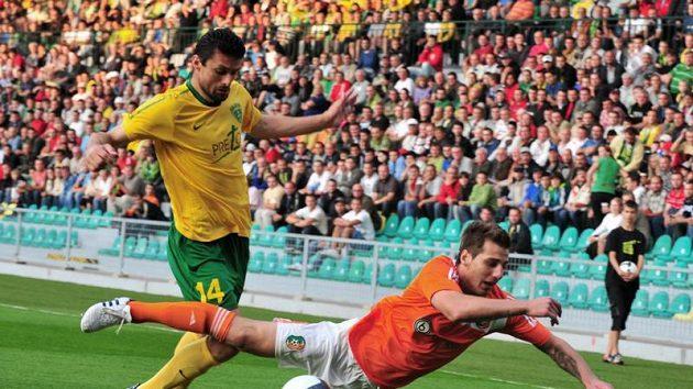 Tomáš Oravec (vlevo) ze Žiliny se pokouší přejít přes Nikolaje Bodurova z Litexu Loveč v utkání 3. předkola fotbalové Ligy mistrů.