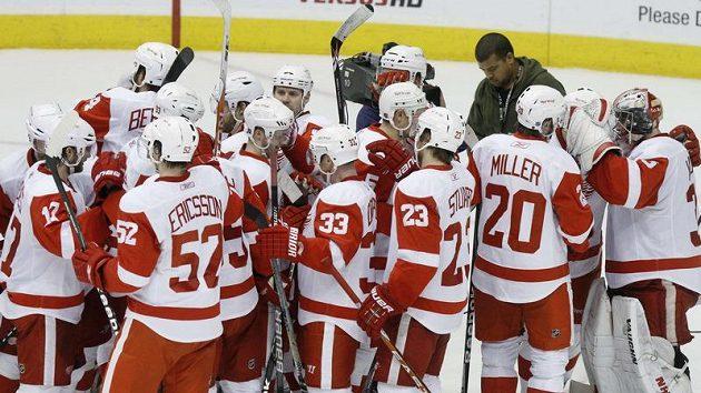 Hokejisté Detroitu se radují z vítězství v 7. zápase 1. kola play-off na ledě Phoenixu.