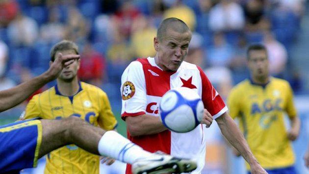 Adam Hloušek ze Slavie Praha (v popředí) a hráči Teplic Vlastimil Vidlička (vlevo) a Jakub Mareš (vpravo).