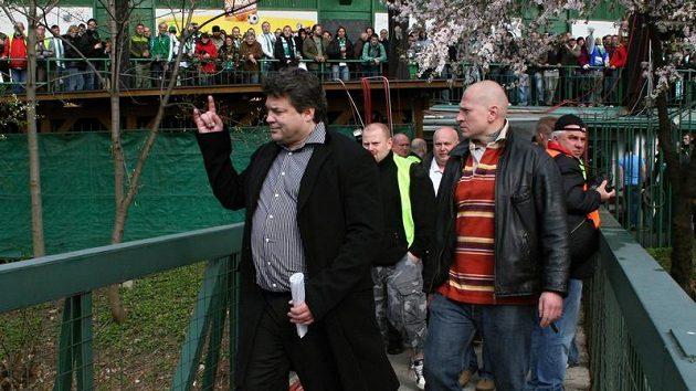 Střížkovský šéf Karel Kapr opouští vršovický Ďolíček s výmluvným gestem...