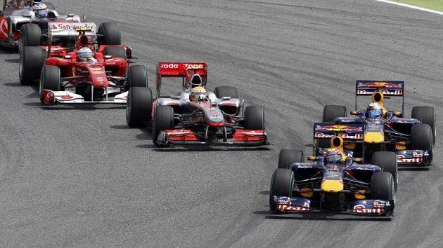 "Red Bull Marka Webbera vede ""vláček"" monopostů F1."