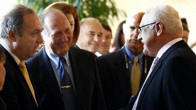 Prezident Václav Klaus a kapitán české veteránské reprezentace Milan Nový (vlevo)