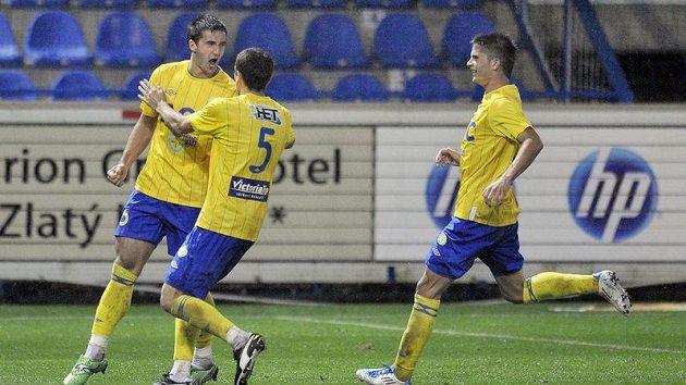 Aidin Mahmutovič z Teplic (vlevo) se raduje se spoluhráči z prvního gólu v Liberci.