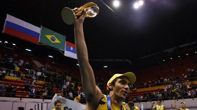 Kapitán brazilských voljebalistů Giba Godoy slaví s trofejí v ruce vítězství ve Světové lize.