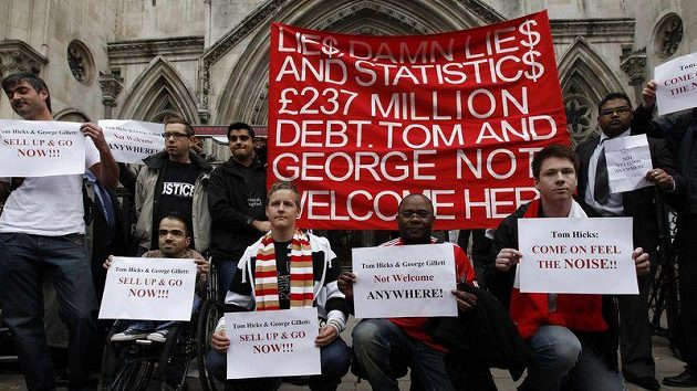 Fanoušci Liverpoolu před londýnským soudem vyjadřují nevoli zadluženým vlastníkům, jež se klubu nechtějí vzdát.