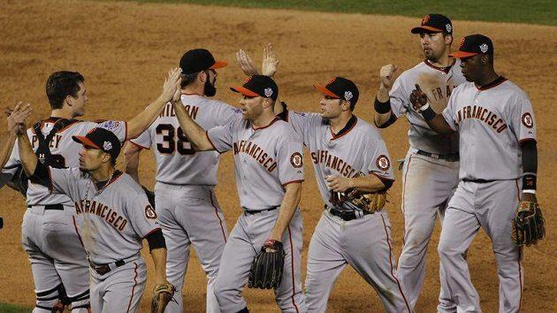 Baseballisté San Francisca se radují po výhře nad Texasany.