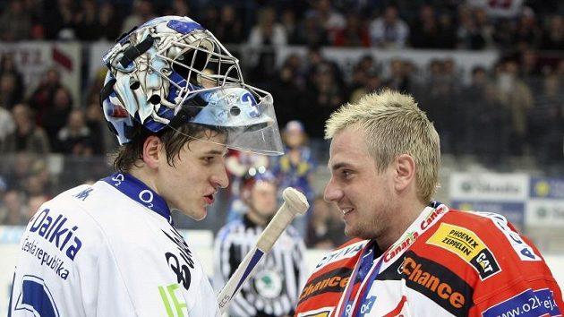 Brankář Slavie Robert Slipčenko gratuluje vítkovickému protějšku Jakubu Štěpánkovi (vlevo) k postupu do finále. Tam bude porovnáván s rovněž výborně chytajícím Dominikem Haškem.