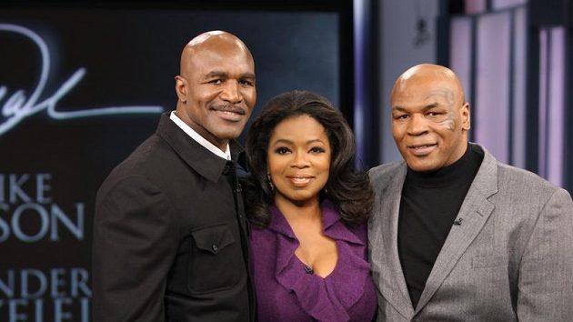 Evander Holyfield (vlevo) a Mike Tyson ve společnosti moderátorky Oprah Winfreyové.