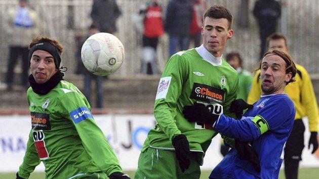 Zleva fotbalisté Jablonce Tomáš Jablonský a Milan Vukovič a Mario Lamešič z Ústí při nedělním souboji v pražském Edenu.