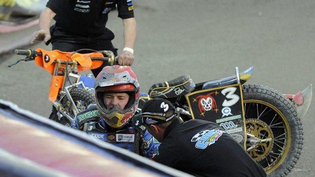Ruský jezdec Emil Sajfutdinov měl během třetího závodu MS jednotlivců na ploché dráze v Praze těžký pád.