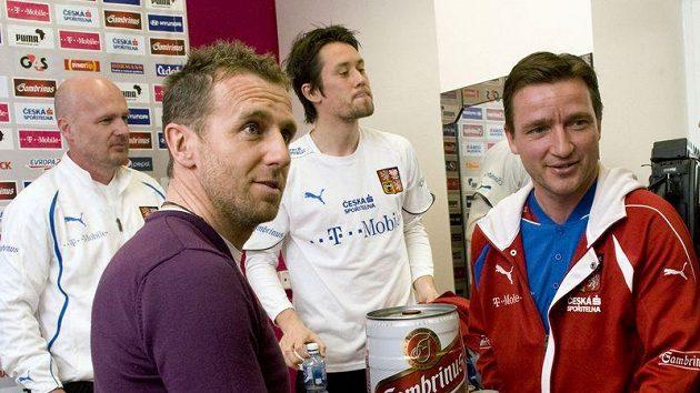 """Manažer národního týmu Vladimír Šmicer (vpravo) předává Karlu Poborskému """"pivní dort"""" k jeho k 39. narozeninám."""