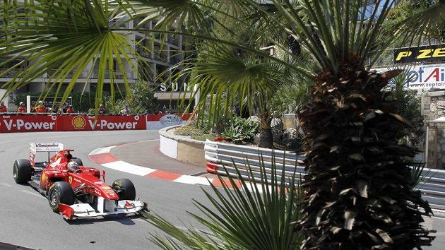 Fernando Alonso s ferrari při prvním tréninku na Velkou cenu Monaka.