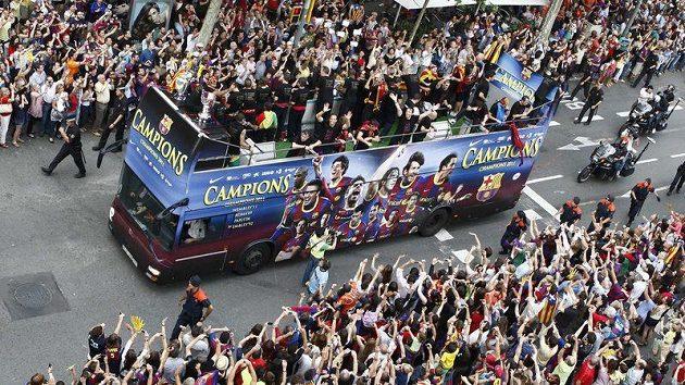 Triumfální jízda fotbalistů Barcelony ulicemi města. Teď má přijít čas splácení dluhů.