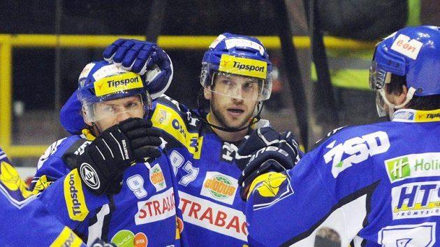 Ondřej Veselý (uprostřed) oslavuje se spoluhráči z Komety jeden ze vstřelených gólů na ledě Litvínova.