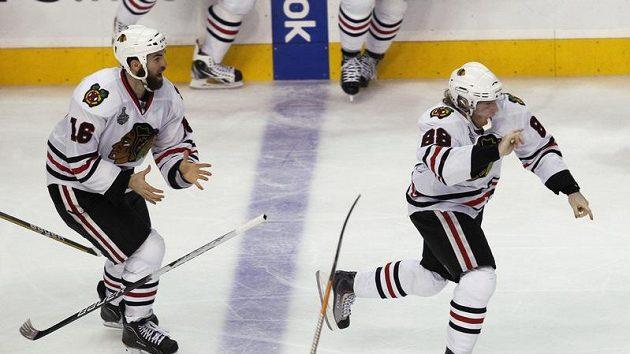 Patrick Kane (vpravo) se raduje z vítězného gólu.