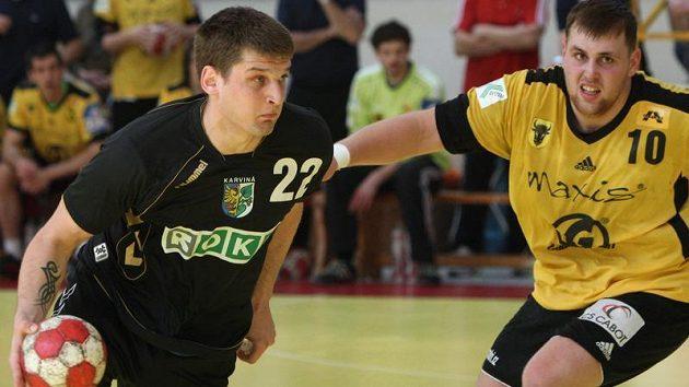 Radka Kružíka z Karviné (vlevo) brání Marek Třeštík ze Zubří.