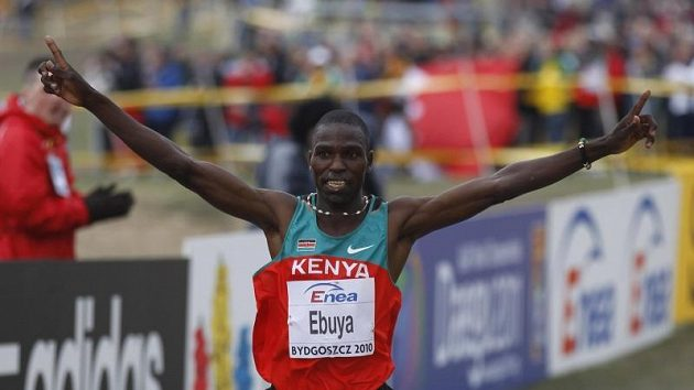 Keňan Joseph Ebuya jásá po vítězství na krosovém mistrovství světa.