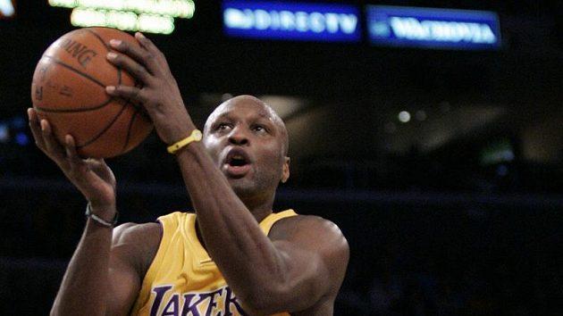Basketbalista Los Angeles Lakers Lamar Odom střílí koš New Orleans Hornets.