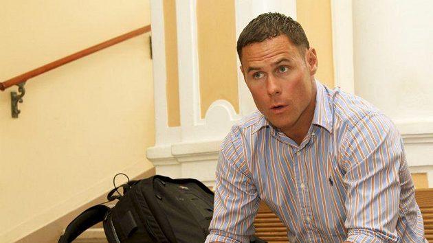 Hokejista Radek Duda čeká na jednání karlovarského soudu.