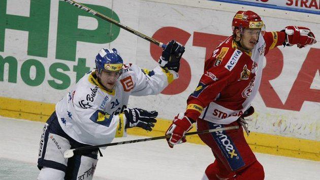Ondřej Šedivý z Vítkovic (vlevo) v souboji s Petrem Kubošem ze Slavie