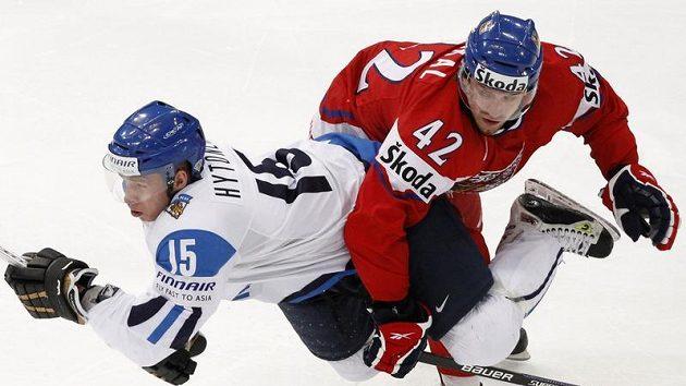 Koukal v souboji s finským reprezentantem Hytonenem - ilustrační foto