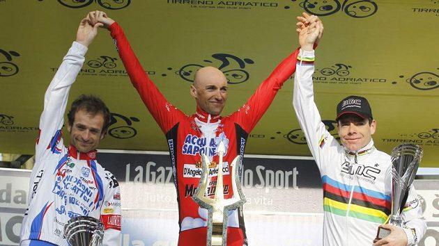 Vítězný Ital Stefano Garzelli mezi druhým Michelem Scarponim (vlevo) a třetím Cadelem Evansem