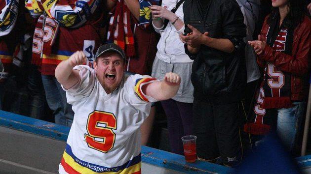 Rozběsněný fanoušek hokejové Sparty