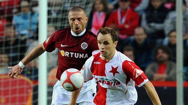 Zdeněk Šenkeřík ze Slavie (vpředu) si kryje míč před obráncem Sparty Tomášem Řepkou.