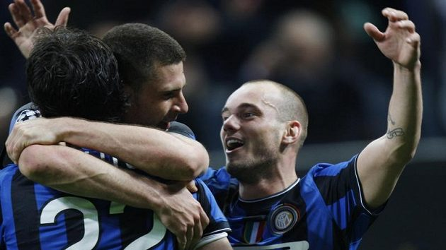 Diego Milito (s číslem 22) slaví trefu do sítě Barcelony v objetí s Mottou. Vpravo další hráč Interu Milán Sneijder.